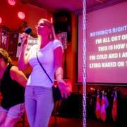 Nadine und Susan stammen aus Berlin und singen zum ersten Mal in der Karaoke-Bar. Bild: Philipp Schmidli (Rothenburg, 28. Juli 2018)
