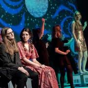 Die Theatercompagnie der Kanti Willisau bei der ersten Aufführung ihres Stückes «Du bist am Zug!».Bild: Pius Amrein (13. März 2019)