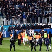 Gegen 57 Personen aus dem GC-Sektor in der Luzerner Swisspor-Arena sollen Stadionverbote verhängt werden. Im Bild: GC-Spieler stehen nach dem Spielabbruch vor dem Gästesektor. (Bild: Keystone (Luzern, 12. Mai 2019))