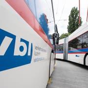 Zwei VBL-Busse am Bahnhof. | Bild: Urs Flüeler / Keystone (Luzern, 14. Mai 2018)