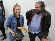 Künstlerin Olivia Abächerli freut sich über die Jahresgabe. Neben ihr Laudator Christian Kathriner. (Bild: Ruedi Wechsler, Stans, 30. Augsut 2018)