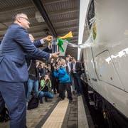Thomas Ahlburg, CEO der Stadler Rail Group, und Regierungsrat Walter Schönholzer taufen den Giruno auf den Namen Thurgau. (Bild: Reto Martin)