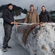 Ober-Schleipfgrend Geri Wechsler (Mitte) mit den Tannenspendern Hans Christen (links) und Ivo Lustenberger. (Bild: Boris Bürgisser, Luthern, 31. Januar 2019)