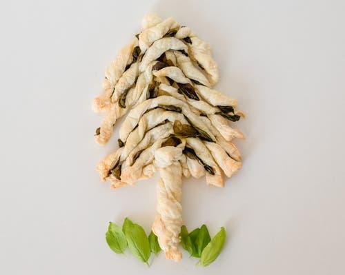 Weihnachtsbaum 1: Diese «Äste» können als Blätterteig-Basilikum-Stangen zum Apéro gegessen werden.