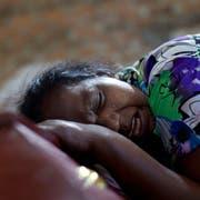 Lalitha weint am Sarg ihrer zwölfjährigen Nichte, welche Opfer des Anschlags in Negombo wurde. (Bild: Gemunu Amarasinghe/AP (22. April 2019))