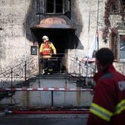 Einsatzkräfte bekämpfen den Brand. (Bild: Kapo SG)