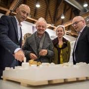 Die siegreichen Architekten Martin Schneider, Andreas Zech und Heidi Stoffel und Vizeprimarschulpräsident Markus Blättler besprechen einen Wettbewerbsbeitrag am Modell. (Bild: Reto Martin)
