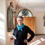 Hildegard Aepli, eine der pilgernden Pastoralassistentinnen, mit dem Buch über ihre Erlebnisse auf dem Weg nach Rom. (Bild: Urs Bucher)