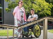 Ramona Vock und Joshua Rothenhäusler haben sich bei der Schatzkiste Rorschach, einer Partnervermittlung für Menschen mit Beeinträchtigung, angemeldet. (Bild: Hanspeter Schiess)