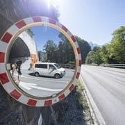 Das erste Auto fährt um 13.13 Uhr nach der Wiedereröffnung auf der Axenstrasse zwischen Sisikon und Flüelen durch die ehemalige Gefahrenzone bei Sisikon. (Bild: Urs Flüeler/Keyston, Sisikon, 13. September 2019)