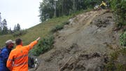 Experten begutachten den Rutschhang im Rennental. (Bild: Chrstiof Lampart)