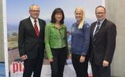 Hohe Gäste bei der Generalversammlung: Regierungsratspräsidentin Heidi Hanselmann und Snowboard-Weltmeisterin Julie Zogg, umrahmt von Markus Oppliger (links) und Klaus Nussbaumer. (Bild: PD)