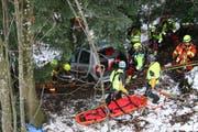 Mit dem Spreizer werden die Türen des Unfallwagens zur Bergung der Verletzten abgetrennt. (Bild: Sepp Odermatt (Stansstad, 9. Februar 2019))