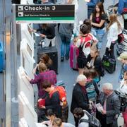 Da in zahlreichen Kantonen die Ferien begonnen haben, waren Hunderte Passagiere vom Flugchaos betroffen. (Symbolbild: KEYSTONE/Patrick B. Kraemer)