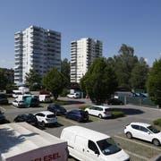Das Zythus-Areal in Hünenberg See bietet zurzeit noch Platz für Parkplätze und eine Entsorgungsstelle. (Bild: Stefan Kaiser, 8. Mai 2018)