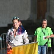 Die Streckenposten zeigen mit der gelben Flagge den Fahrern nötigenfalls Gefahren an. (Bild: Bergrennen Hemberg 2018)
