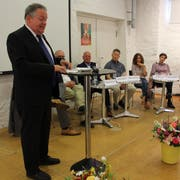Der Stadtpräsident begrüsst die 100 Zuhörer. (Bild: Manuela Olgiati)