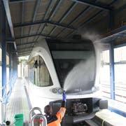 Zwischen Gleis und Fels: Die Zugwaschanlage in Rorschach. (Bild: Noah Salvetti)