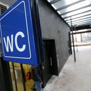 Erleichterung gegen Geld: die Bahnhof Toilette kostet 1.50 oder 2 Franken. (Bild: Stefan Kaiser, 2012)