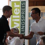 George Floros (Präsident Gewerbeverein Flawil) gratuliert dem gelernten Fleischfachmann Phillipe Wild zum dritten Platz. (Bild: Annina Quast)