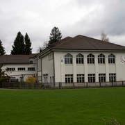 Die Mehrzweckhalle soll als Teil des umfangreichen Neubauprojektes «Allzweck Wiel» ersetzt werden. (Bilder: Andreas Taverner)