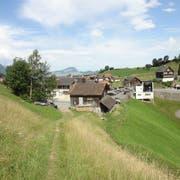 Die Genossenkorporation Emmetten plant auf dem Grundstück mit dem Holzhaus eine Heizzentrale. (Bild PD)