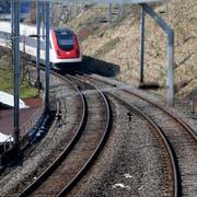 Die SBB werden die Doppelspur in Richtung Zug um 1,7 Kilometer verlängern (Bild: Stefan Kaiser (Walchwil, 15. März 2013))