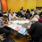In Kleingruppen machen sich Fachleute für Frühe Förderung Gedanken, wie die Strategie dereinst umgesetzt werden soll. (Bild: PD)