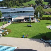 Das Gebäude mit dem Restaurant in der Badi in Wattwil wird neu gebaut. (Bild: Martin Knoepfel)