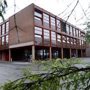 Das Schulhaus Sternmatt 2 soll saniert werden und auf dem Dach eine Fotovoltaikanlage erhalten. (Bild: Werner Schelbert, Baar, 21. Juni 2016)