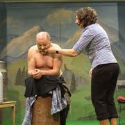Knecht Gusti (Fridolin Wicki) erhält von Touristin Anna (Christine Notter) eine unsanfte Rückenmassage. (Bild: Andrea Kaufmann)