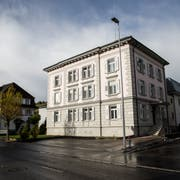 Zwei lokale Bauunternehmen wollen das Amtshaus und ehemalige Gefängnis Willisau für 1,65 Millionen Franken kaufen. (Bild: Manuela Jans-Koch, LZ, 12. November 2017)