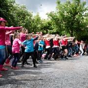 Mit Bewegung gegen Übergewicht: Kinder und Jugendliche bei «Luzern tanzt» vor dem Pavillon in Luzern.Bild: Manuela Jans-Koch ( 9. Mai 2015)