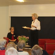 Bibliotheksleiterin Jolanda Erismann (links) interviewte Heidi Maria Glössner, welche hier aus Elke Heidenreichs Buch vorliest. (Bild: Joëlle Ehrle)