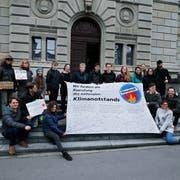 Über 350 Unterschriften finden sich auf dem Transparent. (Bild: Stefan Kaiser, Zug, 11. April 2019)