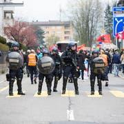 Starke Polizeipräsenz an der Kundgebung gegen Rassismus in Schwyz (Bild: Manuela Jans-Koch, Schwyz 13. April 2019)
