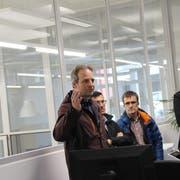 Marcel Widmer führte die Mitglieder der ART durch die Räume der Firma AVM in der ehemaligen Spinnerei Dietfurt. (Bild: Martin Knoepfel)