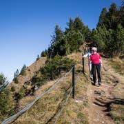 Die Leute geniessen das warme Herbstwetter auf dem Stanserhorn. Fotografiert am 12. Oktober 2016 auf dem Stanserhorn. Im Bild: die 79jährige Frau Durrer aus Stans (rot) und Frau Iten aus Aegeri. LZ   Manuela Jans-Koch