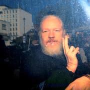 Julian Assange mit dem Victory-Zeichen zu den Medien. Kurz zuvor war er von der britischen Polizei in der ecuadorianischen Botschaft festgenommen worden. (Bild: Jack Taylor/Getty, London, 11. April 2019)