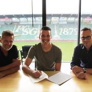 Der neue Spieler Lukas Görtler mit Sportchef Alain Sutter und Matthias Hüppi. (Bild: PD)