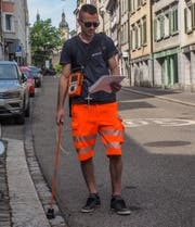 Pascal Schweizer seeks gas leaks with a probe, (Image: Peter Hummel)