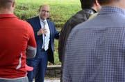 Beat Tinner, Wartauer Gemeindepräsident, erzählt von der Geschichte des Schulhauses Feld und freut sich auf das 16,8 Millionen Franken-Projekt in Azmoos. (Bild: Jessica Nigg)