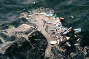 Plastik-Müll - entsorgt im Meer wie hier vor der Küste Libanons - wird immer mehr zum globalen Umweltproblem. (Bild: Wael Hamzeh/EPA; 28 Mai 2018)