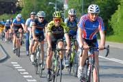 Bei der Besichtigung der Strecke - hier kurz nach dem Start in Weinfelden - fährt auch Radprofi Michael Albasini (gelber Dress) mit. (Bild: Mario Testa)