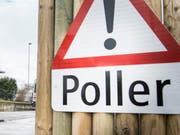 Ein Verkehrsschild warnt vor einem versenkbaren Poller. (Bild: Andrea Stalder)