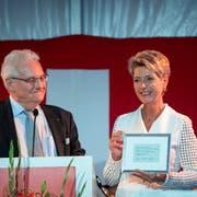 Karin Keller-Sutter erhielt für ihre Rede ein persönliches Geschenk von Rorschachs Stadtpräsident Thomas Müller: eine Kopie seines Wahlscheins vom Dezember 2018. (Bild: Ralph Ribi)
