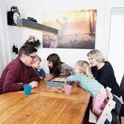 Familie Schmid beim gemeinsamen Spielen im Essbereich ihres Hauses. (Bild: Stefan Kaiser, Cham, 6. Mai 2019)