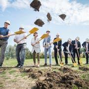 Schwungvoller Beginn: Vertreter von Kanton, PH, Bau und Stadt Kreuzlingen beim Spatenstich. (Bild: Reto Martin)