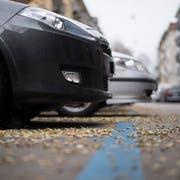 Autos parkieren in der Blauen Zone: Dass in Gossau die Parkplatzbewirtschaftung intensiviert werden soll, hat im Parlament Kritik seitens bürgerlicher Parteien ausgelöst. (Themenbild: Ennio Leanza/KEY - 21. November 2016)