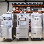 Noch warten diese Softeismaschinen in Zuzwil auf ihren Einsatz, doch schon bald versorgen sie Badibesucher und Touristen am Rheinfall mit Glace. (Bild: Urs Bucher)
